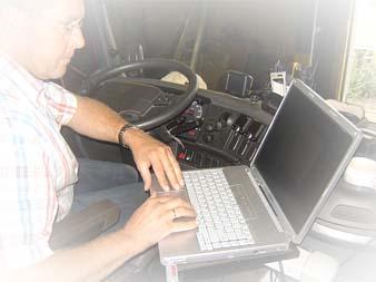 Kees met laptop in de vrachtwagen