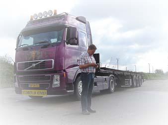 Kees telefonerend bij vrachtwagen